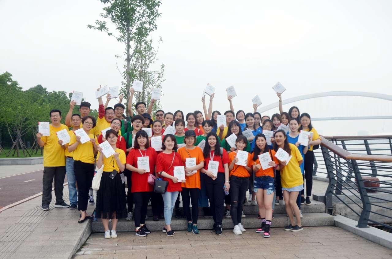 """5公里的徐汇滨江拓展活动中,项目团队为青年教师们准备了""""勇闯地雷阵"""""""